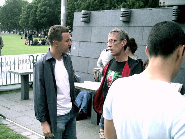 Olivier Besancenot,  porte-parole de la Ligue communiste  révolutionnaire (LCR) et Jean Pierre  Galland, président du CIRC Paris,  lors du rassemblement du 18 Joint à  Paris